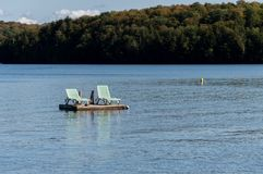 Sedie di salotto su un bacino galleggiante Fotografie Stock