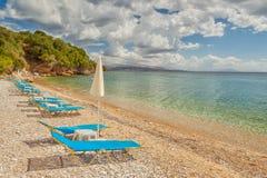 Sedie di salotto vuote della spiaggia nell'ambito di luce solare luminosa Fotografia Stock Libera da Diritti
