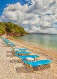 Sedie di salotto vuote della spiaggia nell'ambito di luce solare luminosa Fotografie Stock Libere da Diritti