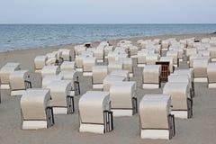 Sedie di spiaggia alla riva del Mar Baltico Immagine Stock