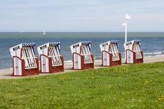 Sedie di spiaggia dal mare, Norderney Immagini Stock Libere da Diritti
