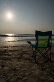 Sedie di spiaggia di Silouette a Sunsetp Immagine Stock