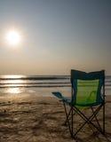 Sedie di spiaggia di Silouette a Sunsetp Immagini Stock