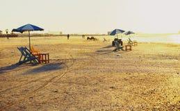 Sedie di spiaggia e tavole, Ras Elbar, Damietta, Egitto immagini stock libere da diritti