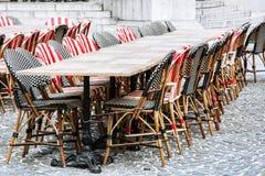 Sedie di vimini e tavole di pietra nel ristorante del giardino Fotografia Stock Libera da Diritti