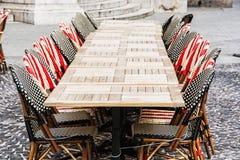 Sedie di vimini e tavole di pietra nel ristorante del giardino, all'aperto Immagini Stock