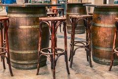 Sedie e barilotti di legno vuoti delle tavole fotografia stock