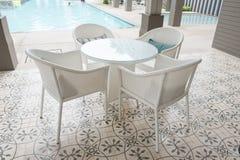 Sedie e parte anteriore delle tavole di una piscina immagini stock libere da diritti
