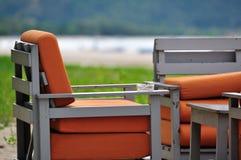 Sedie e portacenere di legno vuoti immagini stock