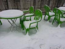 Sedie e tavola coperte di neve Fotografie Stock Libere da Diritti