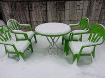 Sedie e tavola coperte di neve Fotografia Stock Libera da Diritti