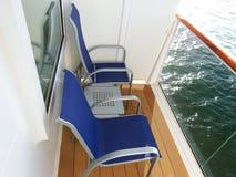Sedie e tavola del balcone della nave Fotografie Stock
