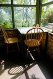 Sedie e tavola nella vista del giardino Fotografie Stock Libere da Diritti