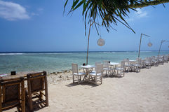 Sedie e tavole allineate lungo la costa Fotografie Stock Libere da Diritti