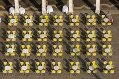 Sedie e tavole del ristorante in plaza Immagini Stock