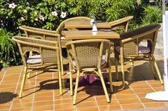 Sedie e tavole nel caffe della località di soggiorno Fotografia Stock Libera da Diritti