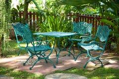 Sedie e tavole, situate nel giardino. Immagini Stock Libere da Diritti