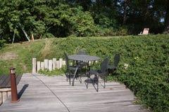 sedie e una tavola nel giardino Immagini Stock Libere da Diritti