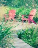 Sedie ed erba del patio Fotografia Stock
