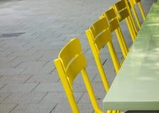 Sedie gialle all'aperto Fotografie Stock