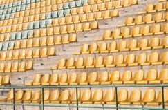 Sedie gialle sul campo di calcio Fotografie Stock Libere da Diritti