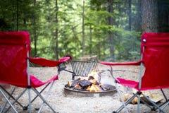 Sedie intorno al fuoco di accampamento fotografia stock