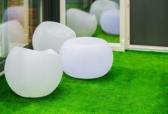 Sedie moderne bianche rotonde della mobilia Sedie di plastica sferiche nella sala di ricreazione Fotografie Stock