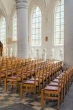 Sedie nell'interno leggero della chiesa fotografie stock