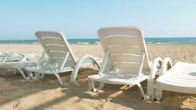 Sedie o letti di spiaggia bianchi vicino alla riva dell'oceano o del mare archivi video