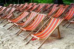 Sedie prendenti il sole di rilassamento sulla spiaggia Fotografia Stock Libera da Diritti
