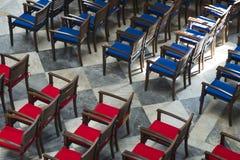 Sedie rosse e blu dalla vista superiore fotografie stock libere da diritti