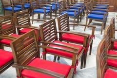 Sedie rosse e blu dalla vista superiore immagini stock