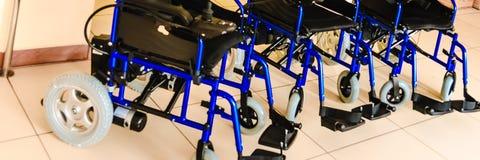 Sedie a rotelle con azionamento elettrico nuovo fotografia stock libera da diritti