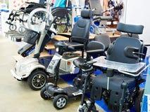 Sedie a rotelle con il motore elettrico in deposito immagini stock libere da diritti