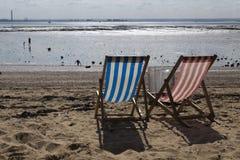 Sedie a sdraio al Southend-su-mare, Essex, Inghilterra Immagine Stock