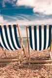 Sedie a sdraio su Pebble Beach fotografia stock libera da diritti