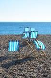 Sedie a sdraio sulla spiaggia dell'assicella fotografia stock