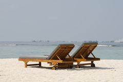 Sedie su una bella spiaggia tropicale alle Maldive Fotografia Stock Libera da Diritti