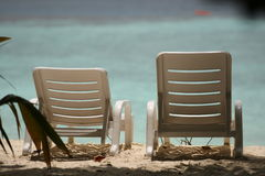 Sedie su una bella spiaggia tropicale alle Maldive Fotografia Stock