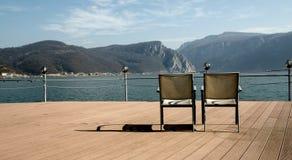 Sedie sulla riva di Danubio fotografie stock