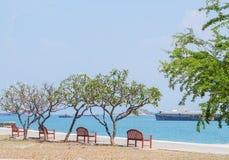 Sedie sulla spiaggia, rilassantesi fotografie stock