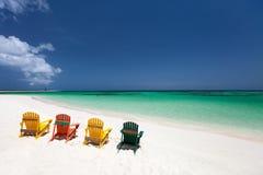 Sedie variopinte sulla spiaggia caraibica Fotografia Stock