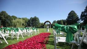 Sedie verdi di nozze in una cerimonia aperta con i fiori e gli ornamenti video d archivio