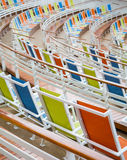 Sedie verdi e blu arancio dello stadio del panno Immagine Stock