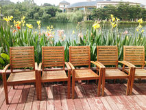Sedie vicino al lago Immagini Stock