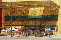 Sedie vuote del caffè della via Fotografia Stock