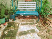 Sedile dell'oscillazione in giardino immagini stock libere da diritti