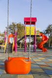 Sedile dell'oscillazione sul campo da giuoco dei bambini senza bambini Fotografia Stock Libera da Diritti