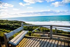 Sedile di legno con il mare e sky2 blu Immagine Stock