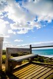 Sedile di legno con il mare e sky4 blu Immagini Stock Libere da Diritti